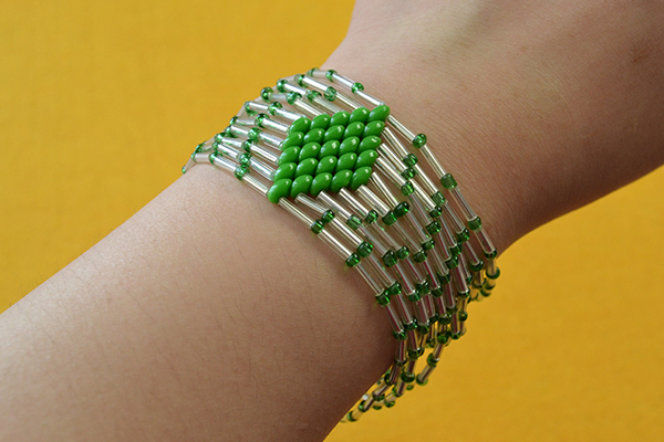 tutorial-on-how-to-make-bulge-beads-bracelet-with-green-2-hole-seed-beads3